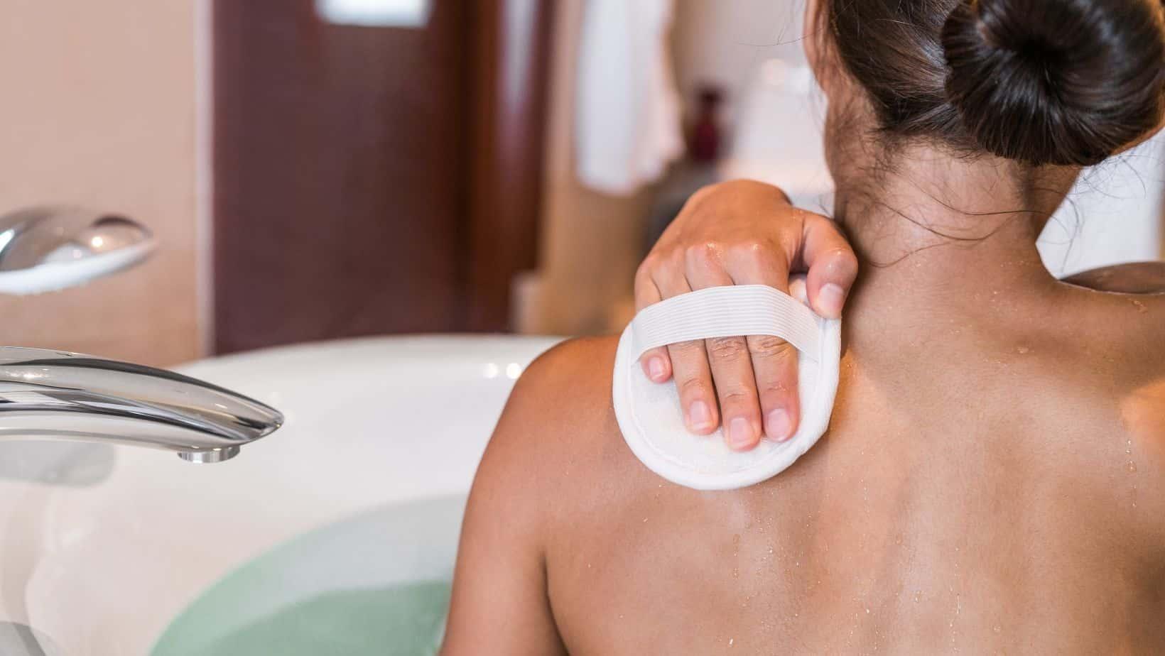 Esfoliazione della pelle con spugna